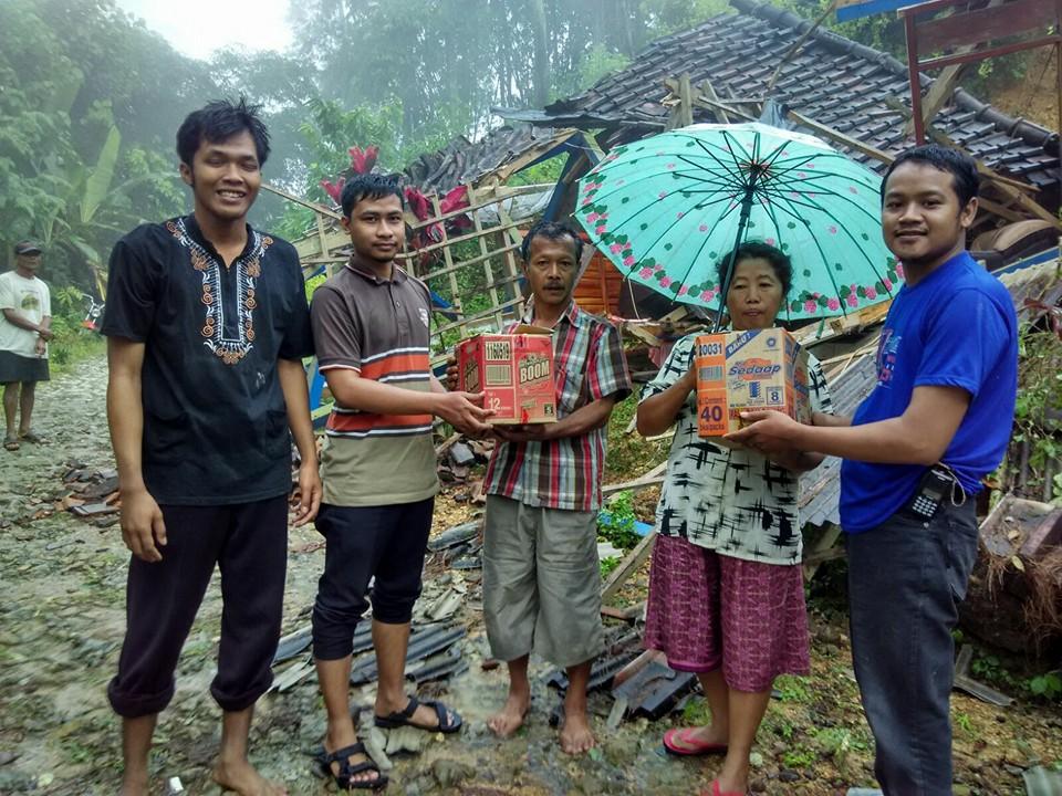 Relawan MDMC dan Lazismu Ponorogo memberikan bantuan kepada korban longsor, Rabu (9/3).