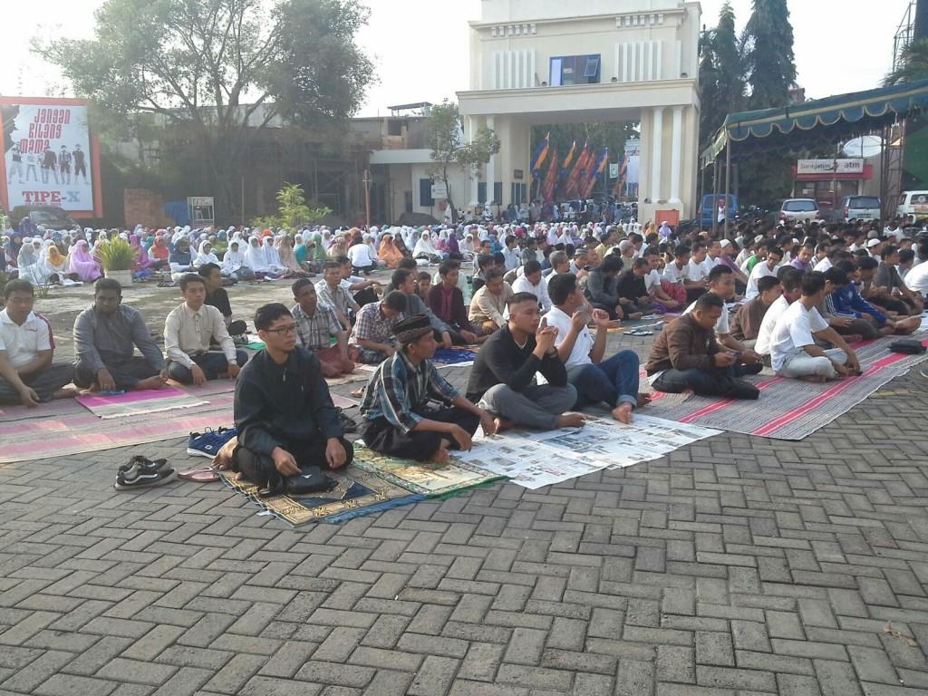 Salat Gerhana di Halaman Kampus Universitas Muhammadiyah Surabaya