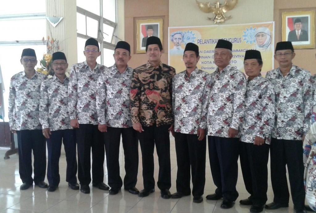 PDM Kota Mojokerto berpose dengan Wakil Ketua PWM Jatim, M. Nadjikh (foto: mushodiq)