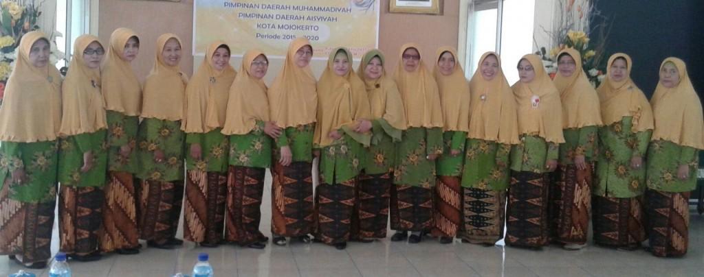 Personalia Pimpinan Daerah Aisyiyah (PDA) Kota Mojokerto 2015-2020 berpose bersama (foto: mushodiq)