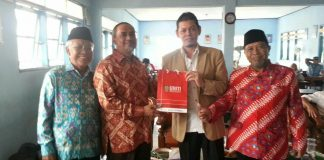 Rektor Unity Education Malaysia Dr Ramlan Naim dan Ketua PDM Kabupaten Pasuruan, Drs Muhammad Okbah, setelah penandatanganan MoU antara Unity Education dan SMA Muhammadiyah 4 Gempol (foto: rully anwar)