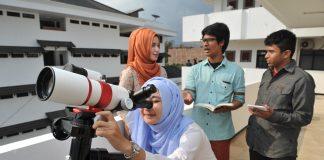 Mahasiswa UMM saat menggunakan astrofotografi (foto: humas umm)