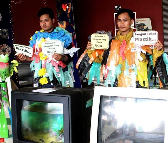 Mahasiswa UM Surabaya serukan olah limbah plastik menjadi aneka produk yang memiliki nilai guna