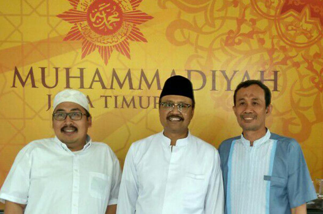 Gus Ipul (tengah) saat berkunjung ke Kantor PMM Jatim, diterima oleh Nadjib Hamid (kanan) (foto dok)