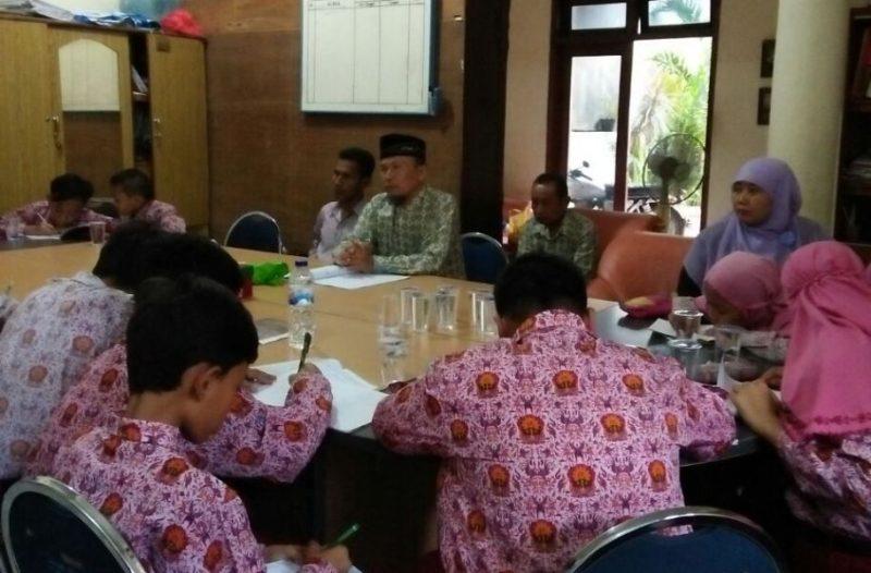 Siswa-siswi SDM 8 Surabaya antusias mendegarkan dan mencatat pemaparan PCM tentang keorganisasian.