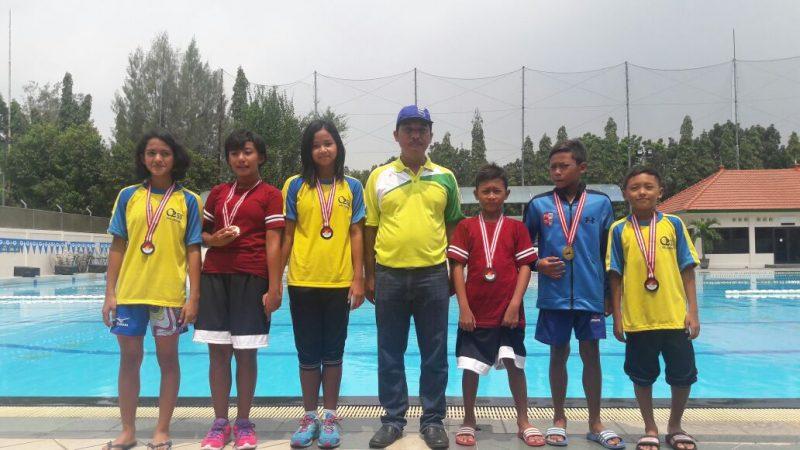 Atlet renang SD Muda Ceria bersama guru olah raga (tengah)