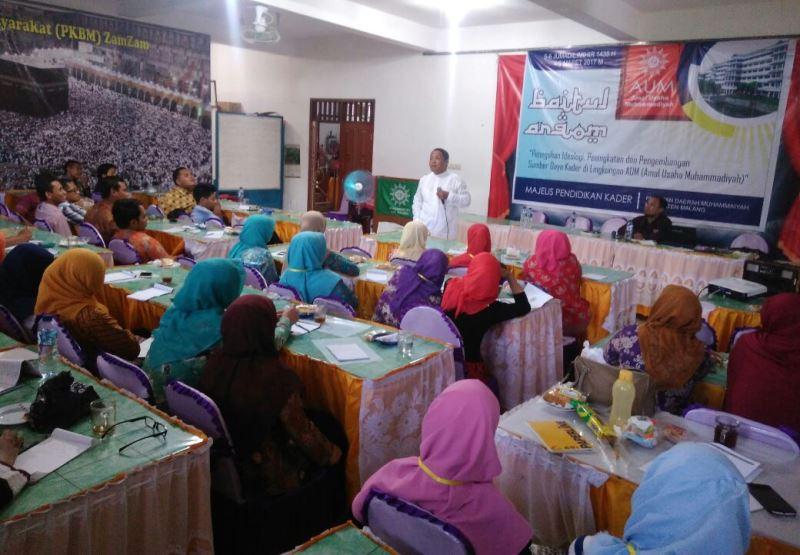 Khoirul Abduh menyampaikan meteri motivasi dalam Baitul Arqom MPK PDM Kabupaten Malang. (Foto: Izzudin)
