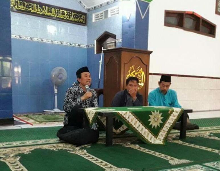 Nadjib Hamid (kiri) mengisi Kajian Ahad Pagi 'Fajar Mubarak' PDM Nganjuk. (Foto