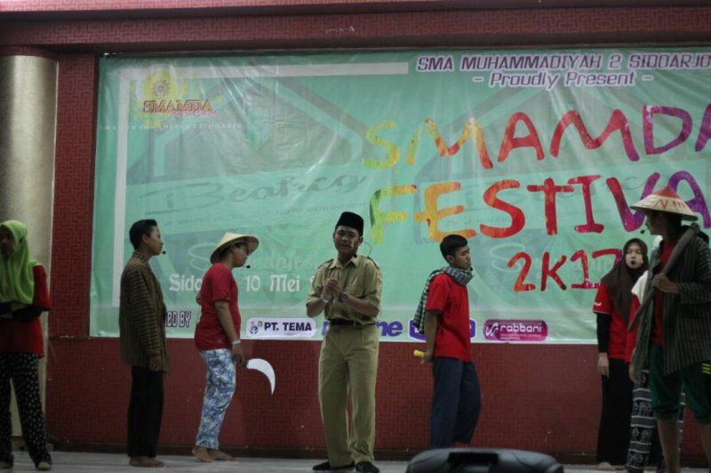 Siswa SMAMDA sedang menampilkan bakat seninya di Smamda Festival