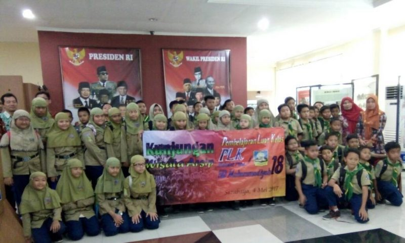 Siswa SD Muhammadiyah 18 Surabaya antusias mengikuti pembelajaran di luar kelas dengan mengunjungi objek wisata sejarah.