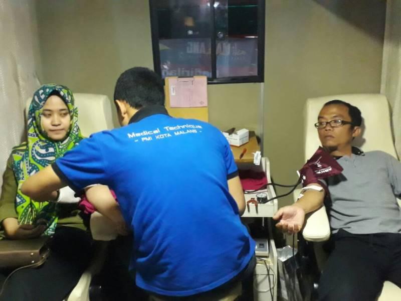 Peserta donor darah MDMC PDM Kota Malang sedang diambil darahnya oleh petugas.(Foto:Uzlifah)
