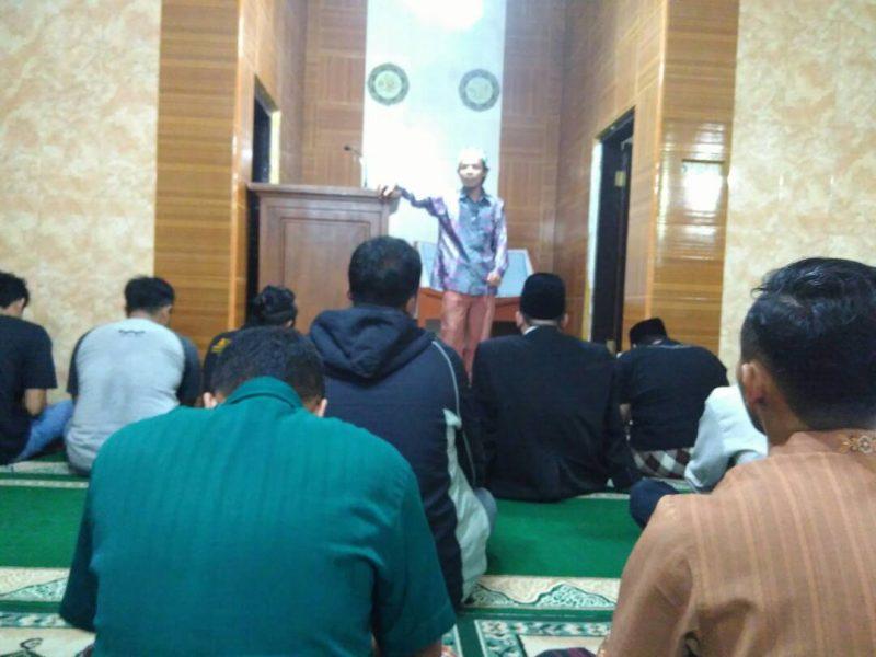 Muh. Kholid AS saat memberikan kuliah tujuh menit di masjid Nurul Huda HQ Center Malang.