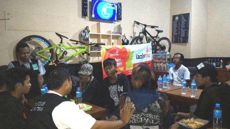 LDK PDM Tuban buka puasa bersama Komunitas Punk
