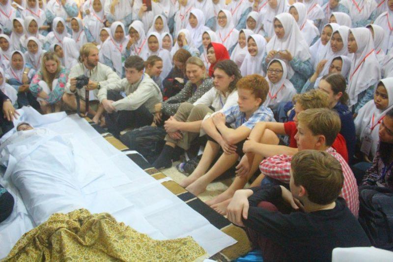 Siswa Sister School dari Lorne P-12 College Victoria, Australia antusias belajar tata cara merawat jenazah secara Islami