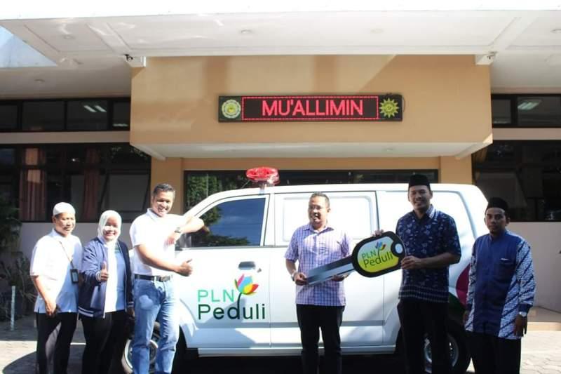 Defi Indiyanto Komisaris PT PJB menyerahkan mobil ambulan kepada Direktur Muallimin Yogyakarta Aly Aulia. (Affan/PWMU.CO)