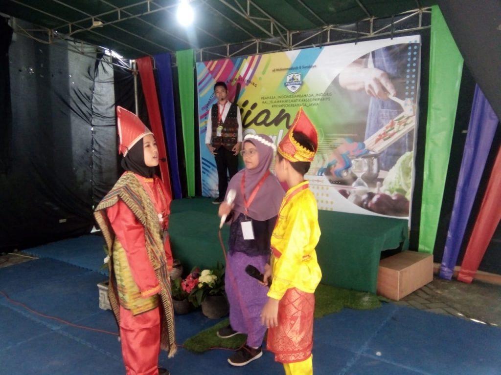 Role play dengan busana adat warnai ujian praktik di halaman SD Muhammadiyah 8 Sutorejo Surabaya, Selasa (28/1/2020). Tampak wajah ceria siswa kelas VI.
