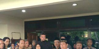Ketua PDM Sidoarjo Masyhud, tengah, memberi sambutan saat pemberangkatan jenazah dr Asnar.