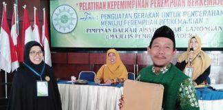 Fathur Rohim Syuhadi menerima menerima cedera mata dari panitia Pelatihan Kepemimpinan Perempuan. (M Faried Achiyani/PWMU.CO)