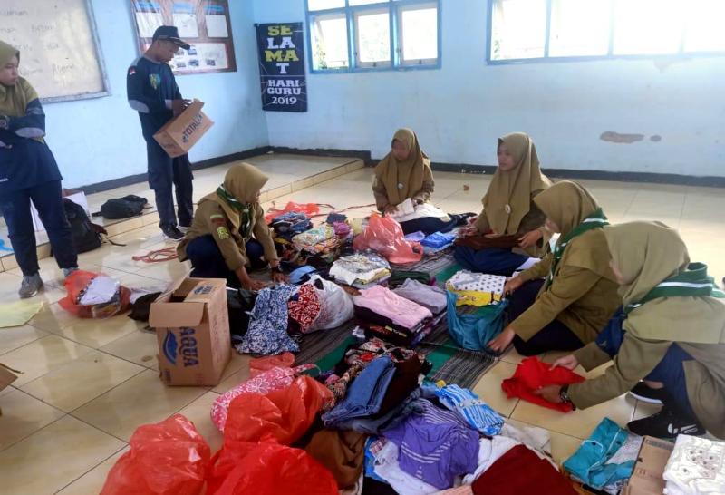 Siswa SMKM 3 Ngimbang galang dana dan mengumbukan baju untuk korban banjir.