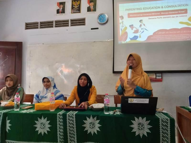 Dari kanan Nurul Wakhidatul Ummah, Ika Familia, Ulyatun Nikmah, Mazida Salamah, saat parenting di Hamas School. (Dewi Fajarwati/PWMU.CO)