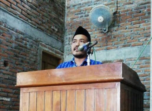 Program 'Sehari Seribu Saja' yang digalakkan warga Muhammadiyah Kedungwaras, Modo, Lamongan, ternyata bisa untuk membangun Masjid Baiturrohman.Ketua PRM Kedungwaras Suyanto saat memberikan sambutan. (Lasmono/PWMU.CO)