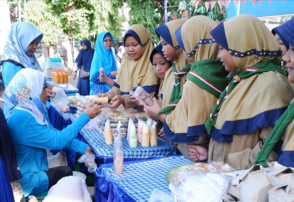 Ikwam SD Muwri Gresik menggelar bazar di halaman sekolah, Sabtu (11/1/20). Kegiatan ini merupakan rangkaian peringatan Hari Gerakan Satu Juta Pohon.