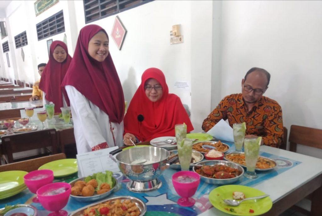 Masak lezat ala chef siswa praktik industri di Katering Surya Amanah SDMM menjadi puncak acara pelepasan siswa SMKN 1 Cerme.