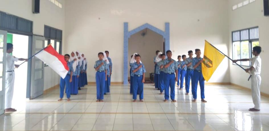Pimpinan Ranting IPM MTsM 4 Sidayu Gresik dilantik di mushala sekolah. Kegiatan dimulai setelah pelaksanaan shalat Dhuha di sekolah, Senin (20/1/2020).