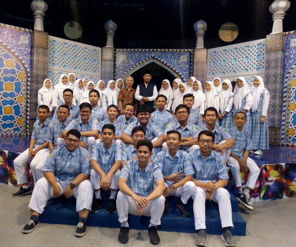 Ujian kehidupan dan sekolah miliki persamaan dan perbedaan, kata Ustadz Heru Kusumahadi di Asalam Remaja TVRI Jatim yang diikuti siswa SMAMIV Surabaya.