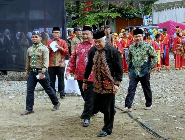 Din Syamsuddin selalu dinanti kehadirannya oleh umat Islam, termasuk warga Muhammadiyah Tulungangung. Ini cerita di balik kedatangannya di Tulungagung.