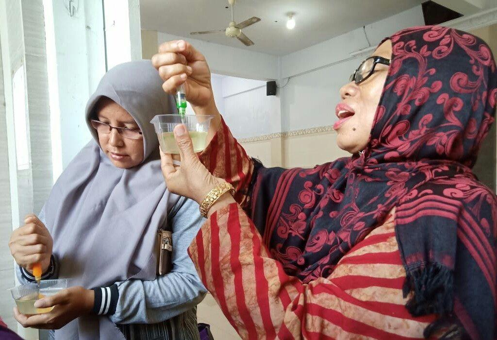 Cara membuat art pudding dilatihkan Pimpinan Ranting Nasyiatul Aisyiah (PRNA) Campurejo, Panceng, Gresik kepada anggotanya.
