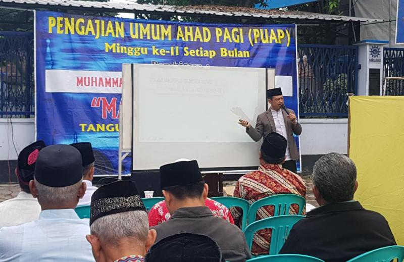 Ketua LDK M Arifin mengisi pengajian di PRM Tangunan Mojokerto. (Abu Nahda/PWMU.CO)