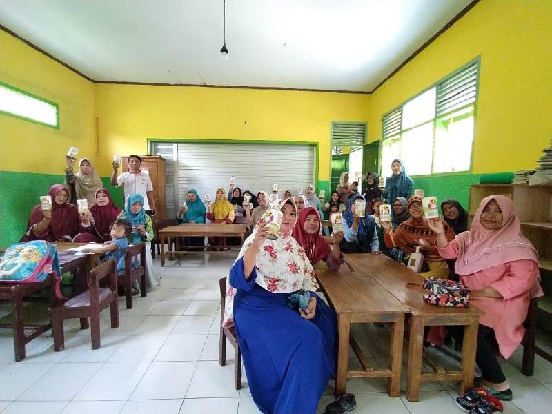 Ibu ibu wali murid TK Ade Irma Desa Panggung Candipuro menerima kaleng 3S sebagai donatur Lazismu. (Kuswantoro/PWMU CO)