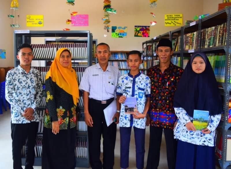 Kondang Sahly, tengah, bersama guru dan siswa Madtsamuda saat visitasi