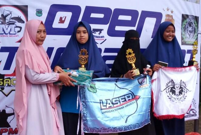 Asri Arum Sari (2 dari kiri) siswa MIM 1 Karangasem Paciran menerima tropy dan sertifikat penghargaan (Ali Efendi/PWMU.CO)
