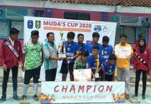 Penyerahan trofi juara I turnamen futsal kepada Tim SMP NU I Gresik oleh Kepala SMK Muda Syuhud Immawan. (Nanda Kartika/PWMU.CO)