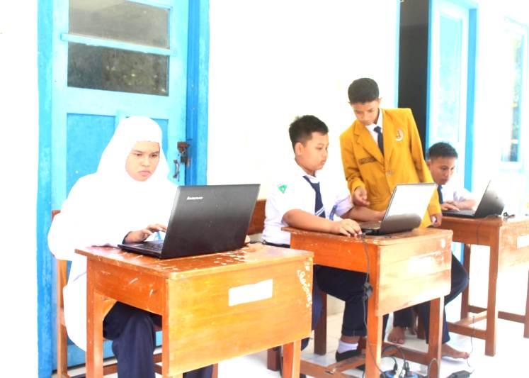 Siswa SMPM 8 Godog mengikuti Musyawarah Ranting IPM dengan memilih calon formatur lewat e-voting. (Reza/PWMU.CO)