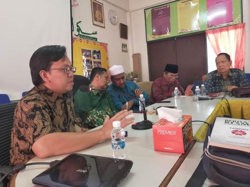 Ketua PCIM Malaysia Sonny Zulhuda, kiri, saat Seminar Internasional PWM Riau di Sekolah Agama Darul Ehsan, Subang Jaya,(Istimewa/PWMU.CO)