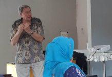 Paul Connett di hadapan peserta diskusi desa bebas sampah. (Miftakhul Muzdalifah/PWMU.CO)