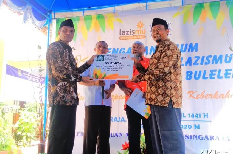 Wakil Ketua PWM Jatim Thohir Luth, kiri, secara simbolis menyerahkan hasil infak untuk pembangunan Masjid Al Manar Buleleng.