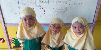 Siswi TK ABA 34 Kedanyang memperlihatkan karya perahunya dalam pelajaran tema rekreasi. (Siti Anisyah/PWMU.CO)