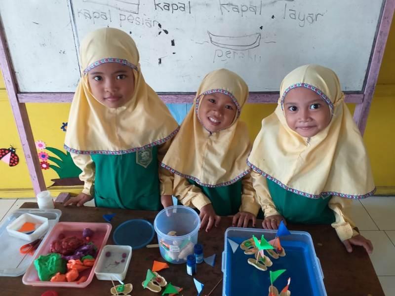 Perahu hasil karya siswi TK ABA 34 Kedanyang diperlihatkan dalam pelajaran tema rekreasi. (Siti Anisyah/PWMU.CO)