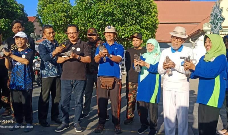 Wakil Walikota Yogyakarta Heroe Poerwadi, kedua dari kiri, bersama alumni melepas merpati dalam acara jalan sehat dan reuni alumni TK ABA Kauman Yogyakarta. (Affan/PWMU.CO)
