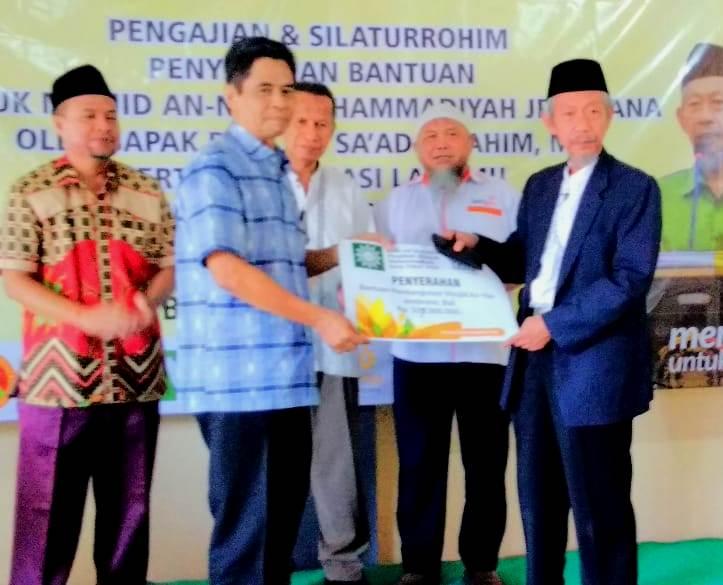 Ketua PWM Jatim Saad Ibrahim menyerahkan infak Rp 105 juta untuk pembangunan Masjid An Nur Muhammadiyah Jembrana. (Zainul/PWMU.CO)