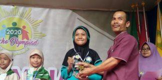 Penerimaan Spesial Award siswa SD Mumtaz Aubrey Mutia Neysa Azzahra juara 1 Olympiade IPA.(Arif/PWMU.CO)