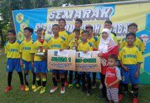 Kepala SD Mutuba Sholihah bersama dengan tim sepak bola mini yang meraih juara 1 (M Faried Achiyani/PWMU.CO)