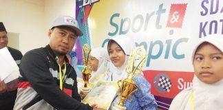 Jasmine Shazia Dinanti saat menerima trophy penghargaan dan sertifikat Juara Harapan I kategori Qiroah dalam ajang Spotic 2020 (Mitha/PWMU.CO)