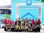 Rombongan SD Mumtaz bersama Kepala SD Muhasa Ngawi berfoto di gedung Muhasa. (Siyam/PWMU.CO)