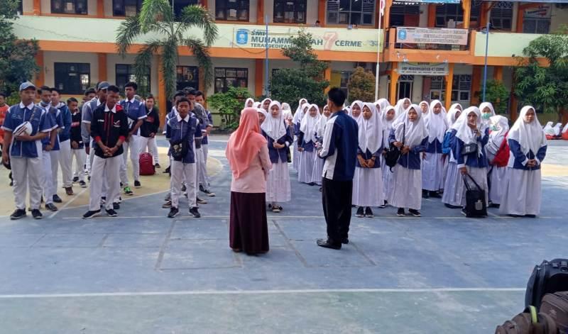 Pengarahan Wakasek Kurikulum Lukman Arif sebelum pemberangkatan Factory Tour dan Bali SMAM 8 Gresik. (Chintia/PWMU.CO)