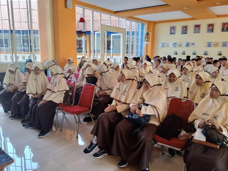 Siswa SMP Mulia Tulangan studi banding ke Smamita Sepanjang. (Wahyu/PWMU.CO)
